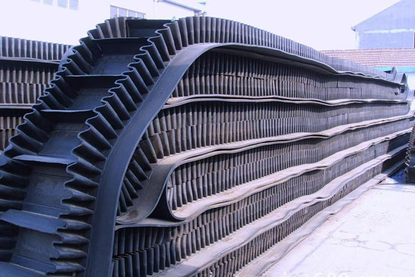 Large slope angle belt conveyor